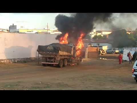 Caminhão caçamba pega fogo próximo a obra em Santa Luzia