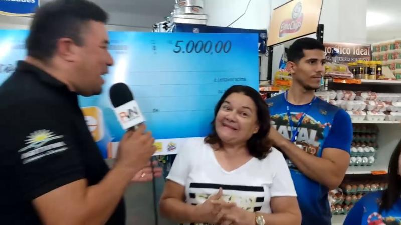 Mini Box Santa Luzia faz a entrega a ganhadora do cheque de 5mil reais